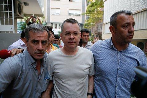 写真(中央)はトルコ政府に長期間拘束されているブランソン牧師。トルコ政府が要求する釈放の条件とは? (C)Anadolu Agency/Getty Images